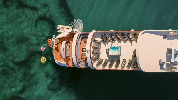 Моторная яхта Yolo